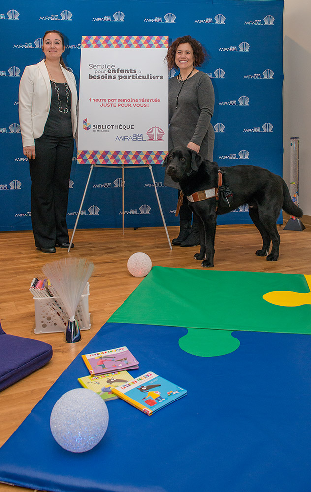 Besoins particuliers: Mme Sophie Chaloux, coordonnatrice marketing chez FDMT, Julie Philippon, porte-parole et Wasabi, leur chien d'assistance Mira.