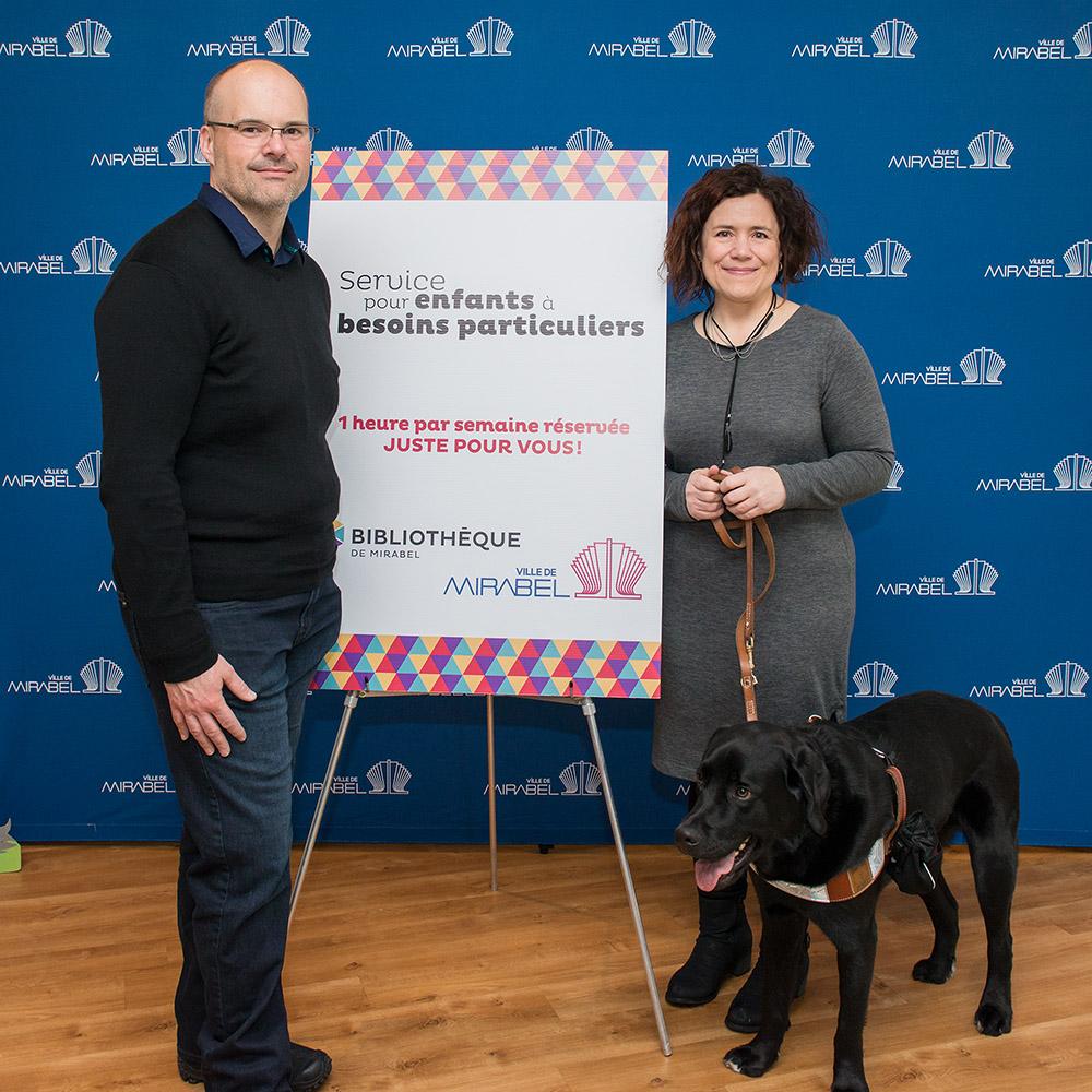 Besoins particuliers: M. Luc Lavoie, de la Librairie Sainte-Thérèse Inc. et Julie Philippon, porte-parole et Wasabi, leur chien d'assistance Mira.