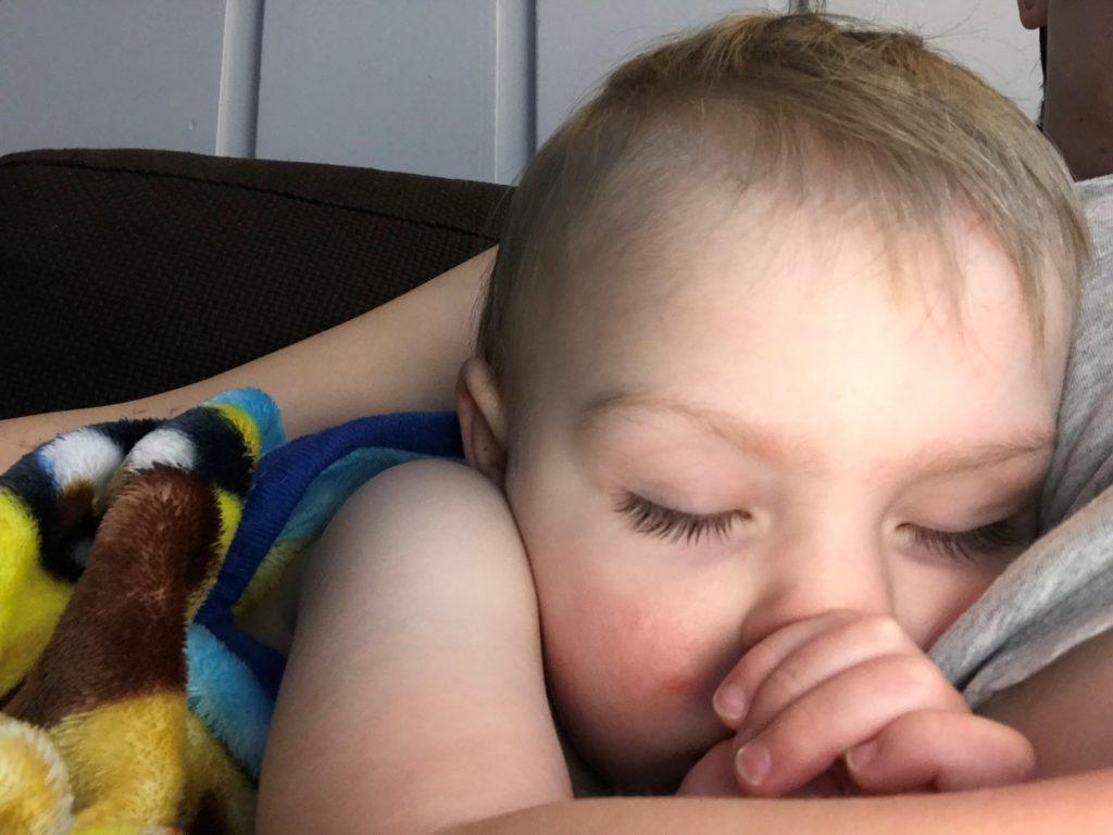 Quand mini se réveille la nuit, la seule place où il peut se rendormir, c'est collé sur maman.