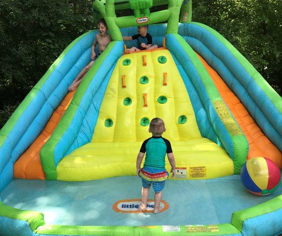 L'été chez Atypiquement Parfaite, c'est un mélange de cours de natation et d'activités improvisées.