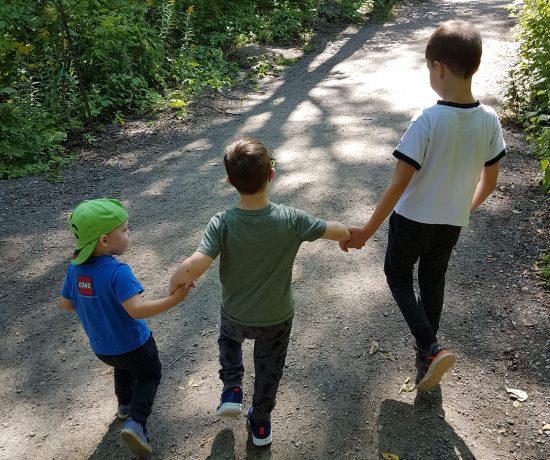 Être le parent par défaut, c'est prendre en charge les responsabilités en lien avec les enfants la plupart du temps. Ça crée un certain déséquilibre dans la vie familliale, surtout si les deux parents travaillent.