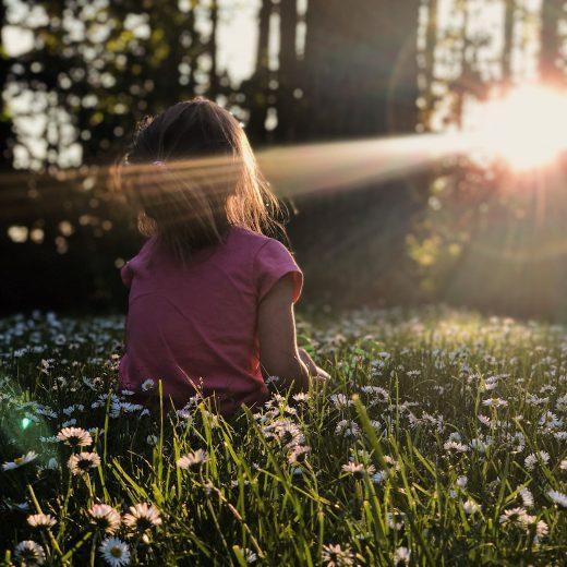Méditer a un effet bénéfique tant chez les adultes que chez les enfants. La pratique est simple et peut rendre le quotidien plus doux pour tout le monde.